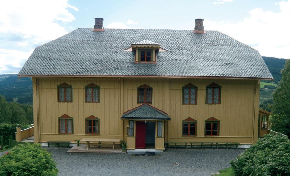 Hovedbygningen в поместье Аулестад, расположенном в комунне Гаусдал был построен примерно в начале 1800-х, отреставрирован в 1923.